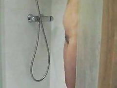 Зрелую даму моющуюся в душе снимает на видео любительская скрытая камера