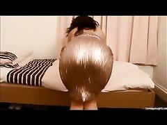 Фигуристая брюнетка в домашнем видео показывает попу в обтягивающих штанах