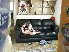 Домохозяйка на кожаном диване дрочит киску на скрытую камеру снимающую видео