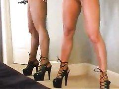 Стройная модель в латексе позирует голой в любительском порно у себя в спальне