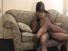Негритянская пара в домашнем порно лижется и трахается на небольшом диване