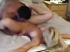 Фигуристая блондинка сняла на видео интимную скачку на члене любовника
