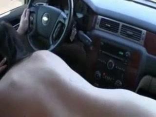 Пассажирка жаждет секса и делает любительский минет таксисту в машине