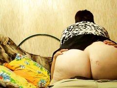 Русская зрелая толстуха соскучилась по домашнему сексу и не слезает с молодого члена