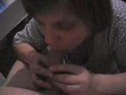Нежный минет от зрелой домохозяйки снят на порно партнёром от первого лица