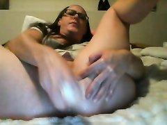 Большая секс игрушка помогает зрелой даме в мастурбации перед вебкамерой