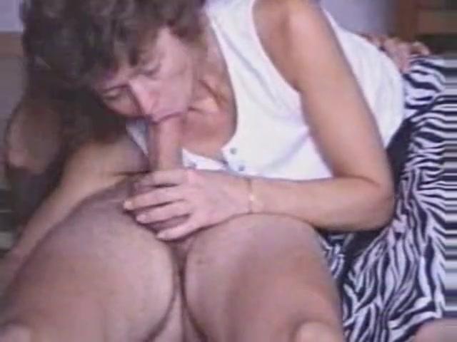 Только оральный секс приносит удовлетворение зрелой любовнице сосущей член