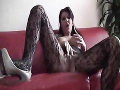 В немецком любительском порно зрелая дама в колготках красиво дрочит клитор