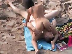 На пляже неизвестным снято любительское порно с супружеской парой в 69 позе