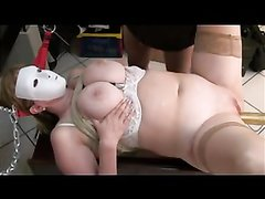 Итальянская толстуха в маске в домашнем порно мастурбирует киску вибратором