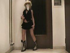 Итальянская модель записала видео горячего стриптиза и элегантно разделась