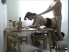 На кухне снято любительское видео со зрелой русской развратницей в чулках