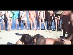 Нимфоманка на пляже в любительском порно обслужила огромную толпу туристов