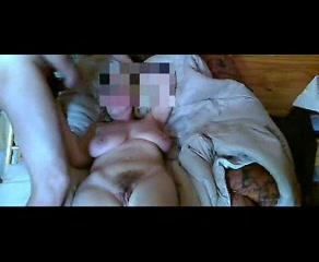 В постели дама с обвисшими сиськами дрочит киску перед любовником для видео
