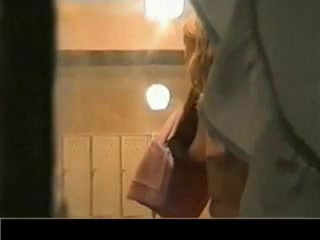 Подглядывание по скрытой камере за раздевающейся леди и запись на видео