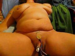 Толстуха обожает БДСМ и в домашнем видео дрочит киску интимными игрушками