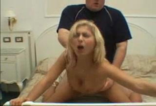 Жёсткий хардкор с аппетитной блондинкой снят в домашнем видео в постели