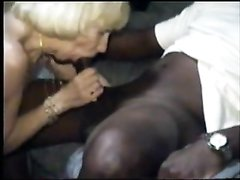 Высокий негр в домашнем видео интенсивно трахает зрелую немецкую блондинку