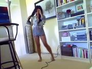 Домашний стриптиз фигуристой и подвижной красотки снят в порно в большой комнате