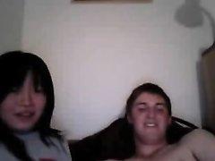 Белый парень в порно лижет киску азиатской любовнице перед вебкамерой