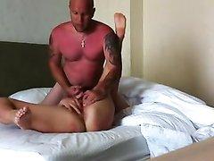 Загорелая русская пара балдеет от любительского секса на белоснежных простынях