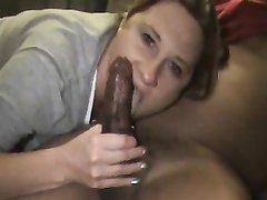 Голодная домохозяйка в порно жадно отсасывает очень большой член парня