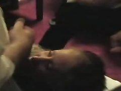 В жёстком групповом видео шалава на коленях делает всем домашний минет