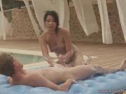 Белый турист в видео моется в душе с азиатской любовницей и трахает её во дворе