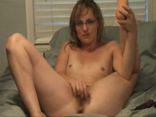 Худая очкастая дама в порно задрав ноги устроила любительскую мастурбацию