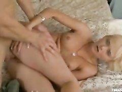 Блондинка делает массаж и после куни балдеет от домашнего секса с парнем в кепке
