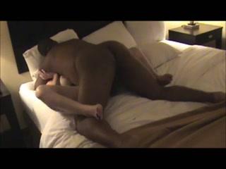 Здоровый негр в домашнем в порно в постели интенсивно натягивает зрелую англичанку