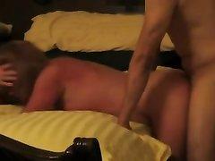 Озабоченная дама предпочитает секс опрокинувшись на кровать с партнёром сзади