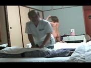 В кабинете скрытая камера снимает эротический массаж фигуристой клиентки