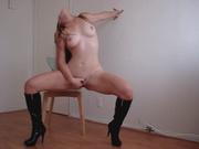 Модель в высоких сапогах сняла на видео домашнюю мастурбацию сидя на стуле