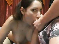 Красотка с набухшими сосками в домашнем порно возбудилась от стоящего члена парня