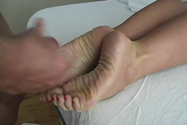 На видео с домашним фут фетишем чувак дрочит член и кончает на ноги зрелой красотки
