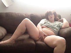 Рыжая зрелая толстуха в порно кайфует от любительской мастурбации на диване