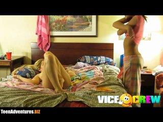 Горячие и молодые лесбиянки в домашнем видео дрочат дырочки в одной постели