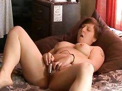 Домохозяйка для видео снимает нижнее бельё и мастурбирует клитор вибратором