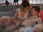 Зрелая докторша назначила домашнюю секс терапию в ванной татуированному парню