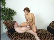 Любовник в интимном видео лижет киску и трахает зрелую любовницу на диване