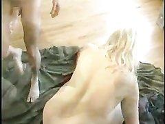 Для любительского секса зрелая блондинка в колготках привела в гости молодого хахаля