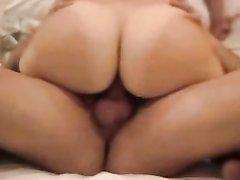 В любительском порно ловелас утюжит зрелую красотку с загорелой фигурой в чулочках
