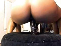 Смуглая азиатка любит трахать дырку чёрной секс игрушкой садясь на неё сверху
