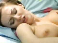 Сочная красотка любит мастурбировать скользкую дырочку пальчиками для видео