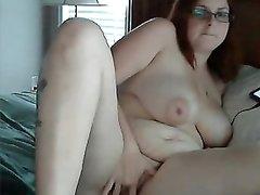 Рыжая пышка с большими сиськами на вебкамеру онлайн мастурбирует клитор