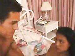Латинская проститутка радует ненасытного клиента домашним сексом с минетом