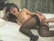 Брюнетка в чулочках снялась в видео с домашним фистингом от поклонника