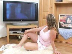 Фигуристая зрелая пышка в порно мастурбирует сладкую киску лёжа на полу