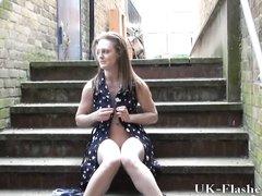 Студентка в уличном видео пытается кончить от любительской мастурбации на ступеньках